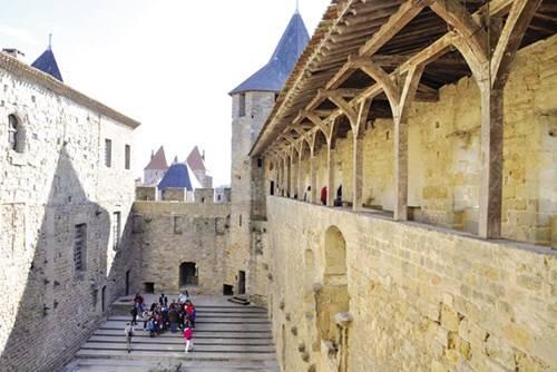 Bên trong tòa thành xây từ thế kỷ XIII vẫn còn nguyên vẹn