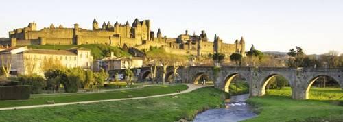 Thành cổ pháo đài Carcassonne nhìn từ bên kia sông Aude