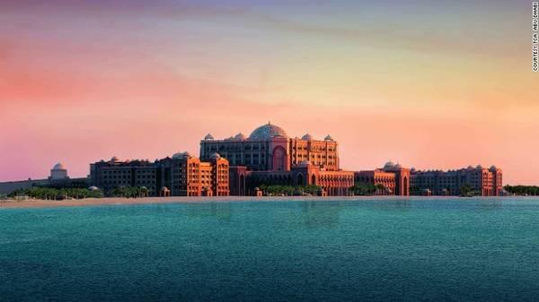 1. Emirates Palace: Đây là một trong những khách sạn tốt nhất thế giới. Với tiêu chuẩn 7 sao, Emirates Palace là nơi thường xuyên tiếp đón những nguyên thủ quốc gia, các nhà ngoại giao và tầng lớp thượng lưu. Khách sạn này từng xuất hiện trong một cảnh quay bộ phim bom tấn Fast and Furious 7.