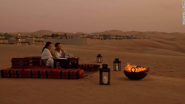 """7. Resort giữa sa mạc Liwa: Nằm ở giữa hoang mạc Liwa, khu nghỉ dưỡng cao cấp Qasr al Sarab là nơi được nhiều du khách ví như bước vào câu chuyện thần thoại """"nghìn lẻ một đêm""""."""