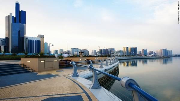 14. The Corniche: Trải dài 8 km dọc theo con sông, The Corniche là con đường được người dân Abu Dhabi yêu thích. Nhiều người chọn nơi đây để chạy bộ đạp xe, ăn uống và uống cà phê thư giãn…