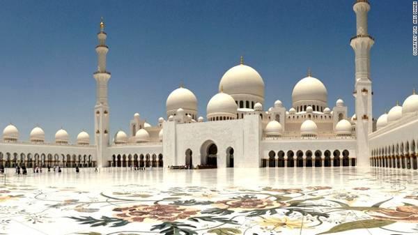 2. Thánh đường Sheikh Zayed: Một trong những nhà thờ Hồi giáo lớn nhất thế giới, với sức chứa 40.000 tín đồ cầu nguyện cùng lúc.