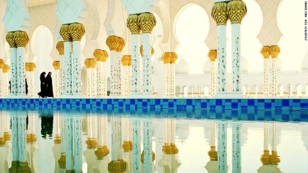 Sảnh cầu nguyện ở Sheikh Zayed được trang trí bằng những chiếc đèn dát vàng 24 carat. Về đêm, các hồ nước xung quanh phản chiếu ánh sáng làm khu sảnh càng trở nên huyền ảo.