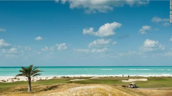3. Đảo Saadiyat: Thiên đường cho những người yêu thích bộ môn golf. Đảo Saadiyat có sân goft nằm dọc theo bãi biển tuyệt đẹp. Khu vực này là nơi trú ngụ của các loài vật như cá heo, rùa biển và linh dương.