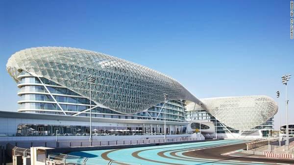 Đường đua F1 chuẩn quốc tế được xây dựng bên cạnh hệ thống khách sạn cao cấp Yas Viceroy Abu Dhabi. Từ ban công khách sạn, du khách có thể thoải mái thưởng thức những vòng đua kịch tính.