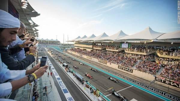 Giải đua F1 ở Abu Dhabi được tổ chức vào tháng 11 hàng năm. Khánh thành từ năm 2009, đây là đường đua duy nhất trên thế giới có mái che.