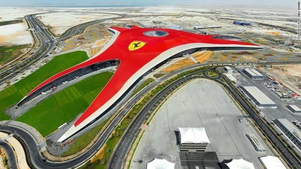 5. Ferrari World: Công viên giải trí trong nhà lớn nhất thế giới do hãng xe Ferrari xây dựng. Nơi đây cũng có đường chạy thử, dành cho những người muốn trải nghiệm cảm giác cầm lái một chiếc xe đua. Nơi đây có hệ thống tàu lượn siêu tốc nhanh nhất thế giới Formula Rossa, với vận tốc lên tới 240 km/h.
