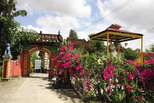 Cổng vào chùa Phước Lâm rực rỡ với giàn hoa giấy đỏ
