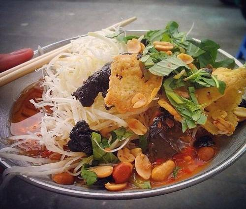 Gỏi khô bò Đây là một trong những món ăn vặt đặc trưng ở Sài Gòn với đủ vị chua, cay, ngọt, mặn. Một đĩa gỏi gồm có đu đủ bào sợi, phía trên là khô bò, rau thơm, ớt, lạc rang… và chan thứ nước chua ngọt theo công thức riêng. Gỏi khô bò công viên Lê Văn Tám là nơi nổi tiếng nhất, ngoài ra bạn có thể ghé các cổng trường học, chợ Xóm Chiếu, chợ Tân Định… để thưởng thức món này, giá từ 20.000 đồng một phần. Ảnh: Tuấn Phạm.