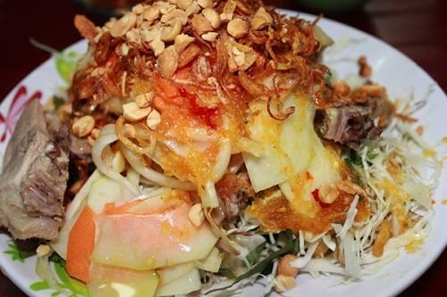 Gỏi vịt Vịt luộc chặt nhỏ, trộn gỏi cùng với bắp cải cắt sợi, hoa chuối, đu đủ, rau răm, lạc rang… tạo thành món ăn bớt ngán hơn so với thịt vịt thông thường. Vị ngon của gỏi vịt còn tùy thuộc vào thứ nước chua ngọt trộn vào gỏi, sao cho ngấm đều vào rau, nhưng không làm mất đi vị ngọt của thịt vịt. Ở Sài Gòn, gỏi vịt thường được bán chung với cháo, miến… thành món ăn đắt khách. Một đĩa cho hai người ăn giá từ 80.000 đồng. Ảnh: Hà Lâm.