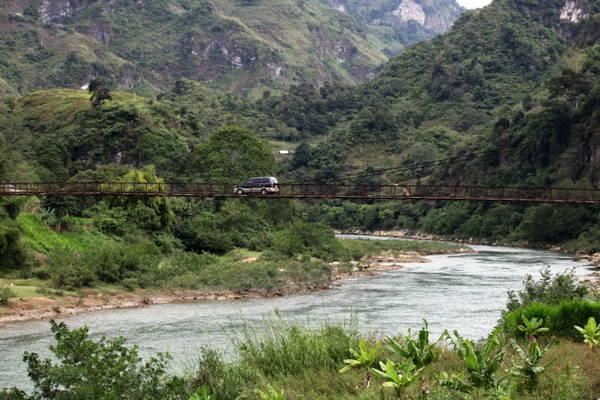 Cầu treo trên sông Gâm - Ảnh: Giang Nguyên