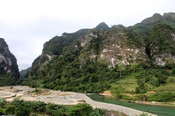 Đôi bờ sông Gâm - Ảnh: Giang Nguyên