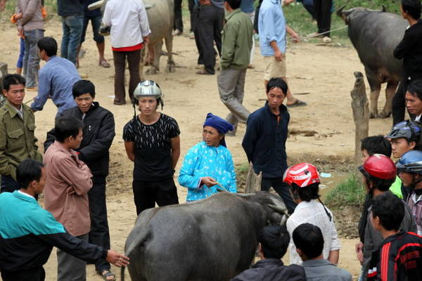 Một phụ nữ Mông trong phiên chợ trâu - Ảnh: Giang Nguyên