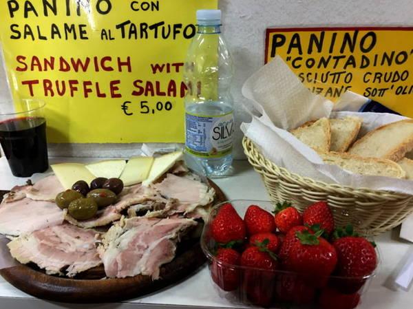 Bữa trưa giá 5 eur trong chợ Firenze - Ảnh: Thủy OCG
