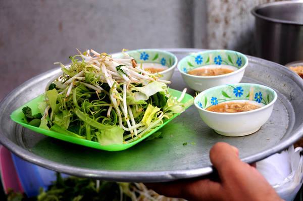 Rau sống ăn kèm là giá, rau muống bào, cải xà lách và rau thơm các loại.