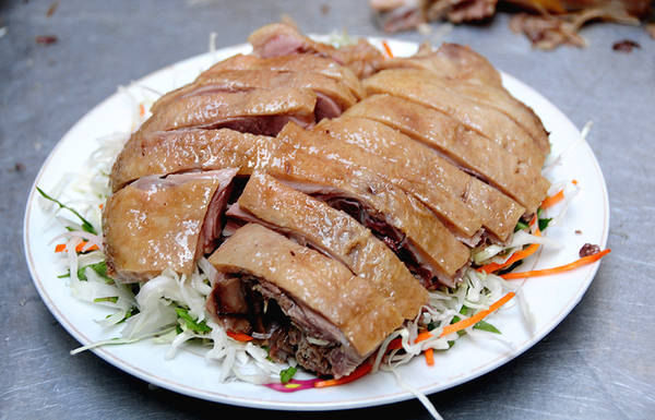 Gỏi thường đặt bên dưới, phần thịt vịt được chặt thành miếng xếp lên trên.