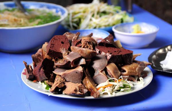 Tương tự, đĩa gỏi lòng vịt đầy ắp cũng chỉ có giá chưa đến trăm nghìn đồng. Người ăn khỏe có thể ăn một mình cả đĩa lòng và tô bún.
