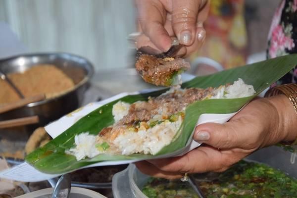Xôi ở đây thường được gói trong lá chuối, đúng kiểu ăn truyền thống. Nếu khách cần tiện lợi, chủ quán cũng đựng trong hộp xốp.