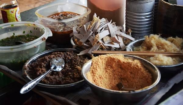 Quán chỉ có một nồi xôi được thêm liên tục, một cái bàn đựng tất cả nguyên liệu gồm: chà bông (ruốc heo), pate, mỡ hành, đậu phộng rang giã nhỏ đều do nhà làm.