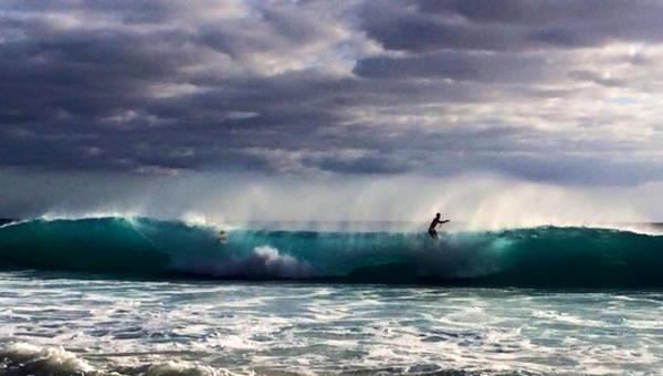 Lướt trên đỉnh sóng - Ảnh: Thủy Ong