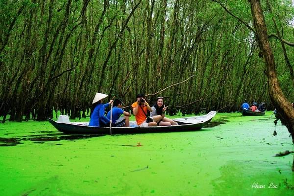 Rừng tràm Trà Sư thuộc huyện Tịnh Biên, tỉnh An Giang, nằm cách thành phố Châu Đốc khoảng 20 km về hướng nam. Với diện tích gần 850 ha, Trà Sư là khu rừng ngập nước tiêu biểu cho vùng tây sông Hậu với phần lớn cây ở đây là tràm trên 10 tuổi. Ngoài ra đây cũng là nơi sinh sống của nhiều loài động thực vật quý hiếm khác nhau.