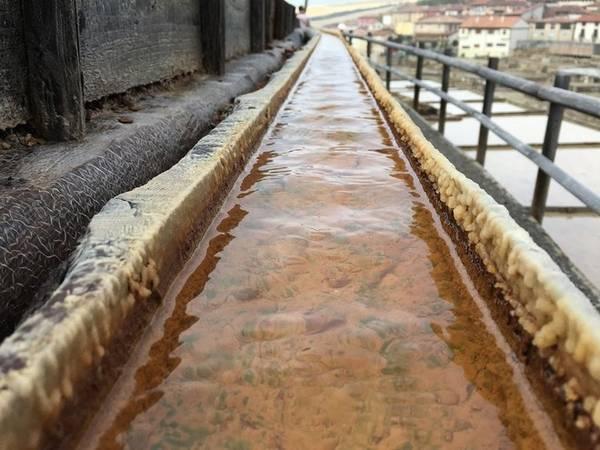 Lịch sử làm muối ở thung lũng Salado đã có từ 6.000 năm trước. Khi đó, muối được làm nên theo một quy trình hoàn toàn khác. Nước muối được tập hợp lại trong những bình gốm lớn, và đặt trên bếp lửa cho tới khi tất cả nước sôi.
