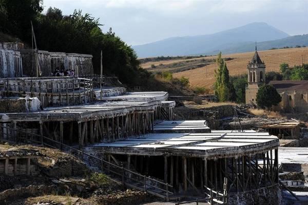 Thường thì muối lắng dưới lòng đất phải được khai thác bằng cách đào mỏ, nhưng người dân Añana lại may mắn có cả những dòng suối tự nhiên đem muối trở lại bề mặt đất. Các dòng nước này chứa hàm lượng muối cao, với mỗi lít nước đều có tới 210 gram muối.