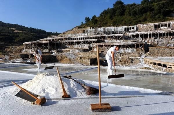 Mùa sản xuất muối còn tùy thuộc vào điều kiện thời tiết. Tuy nhiên, nó thường bắt đầu từ tháng 5 và kéo dài tới tháng 9. Sau thời gian đó, thời gian đêm dài hơn ngày làm chậm quá trình bốc hơi của nước và trời mưa liên tục sẽ làm hỏng lượng muối trong nước. Thời gian còn lại của năm, những người thợ làm muối vẫn làm việc và chuẩn bị cho một vụ mùa mới.