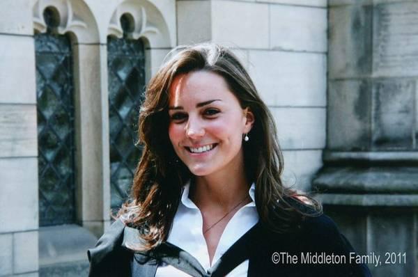 Công nương Kate khi đó là đồng môn cùng chuyên ngành với Hoàng tử. Kate từng thú nhận, lần đầu tiên gặp nhau trong khuôn viên trường, cô đã trúng tiếng sét ái tình từ chàng hoàng tử điển trai.