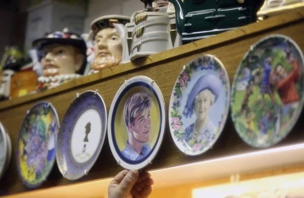 Sau khi họ kết hôn, hình ảnh của hoàng gia được in trên nhiều sản phẩm lưu niệm. Người dân thị trấn tự hào vì Hoàng tử và Công nương từng sống ở nơi này.