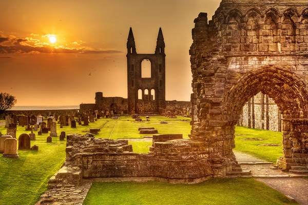 St Andrews còn được coi là quê hương của golf khi người ta đã chơi bộ môn quý tộc này từ 600 trăm trước và có tới 7 sân golf chỉ trong một thị trấn nhỏ bé.