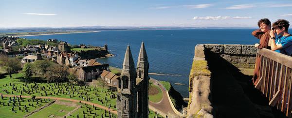 Những tòa lâu đài nằm sát bờ biển bên đồi cỏ thoai thoải mang lại cảm giác bình yên cho những ai đặt chân tới đây.