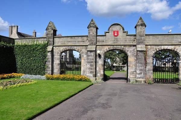 Trường đại học St Andrews, nơi William và Kate theo học, được thành lập năm 1413. Theo bảng xếp hạng năm 2017, hiện trường nằm trong top 14 trường đại học tốt nhất tại Anh và có vị trí thứ 110 trên thế giới.