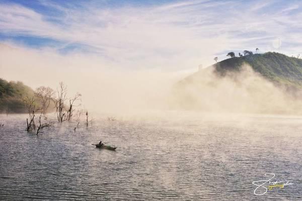 Sương phủ kín hồ vào sáng sớm tạo nên khung cảnh mộng mị, bí ẩn.