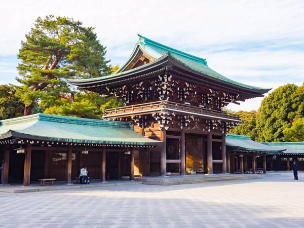 Tokyo cũng có nhiều đền chùa uy nghiêm, yên tĩnh giữa lòng thành phố… (Ảnh: Nattee Chalermtiragool / Shutterstock)