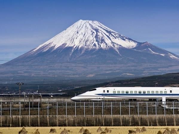 Và cuối cùng từ Tokyo, bạn cũng dễ dàng tới núi Phú Sĩ trên những chuyến tàu Shinkansen.