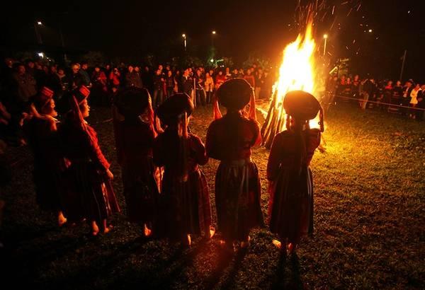Lễ hội nhảy lửa thường tổ chức vào thời điểm thu hoạch vụ mùa xong, khoảng tháng 10, tháng 11 âm lịch đến rằm tháng riêng.