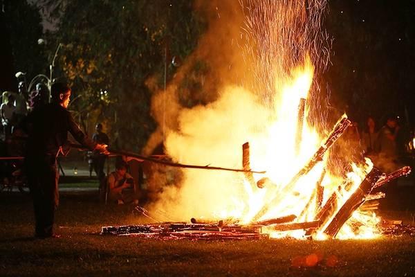 Đống củi to chất lên giữa khoảng đất trống quanh làng, ngọn lửa cháy bùng lên. Khi ngọn lửa dần tắt chỉ còn lại than hồng là lúc thầy mo kết thúc nghi thức.