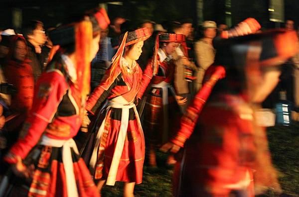 Trong lúc này những phụ nữ trong trang phục truyền thống sẽ múa, ca hát quanh đống lửa.