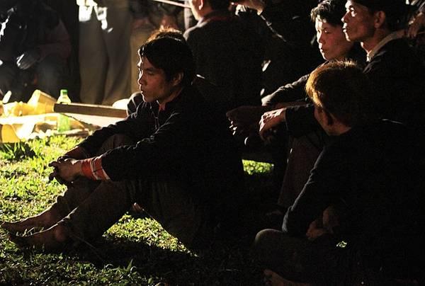 Hàng chục thanh niên tham gia lễ hội ngồi quây quần bên thầy mo để lắng nghe tiếng gõ phát ra theo nhịp liên hồi từ chiếc đàn gỗ. Đây là lúc nhập đồng cho người nhảy lửa.