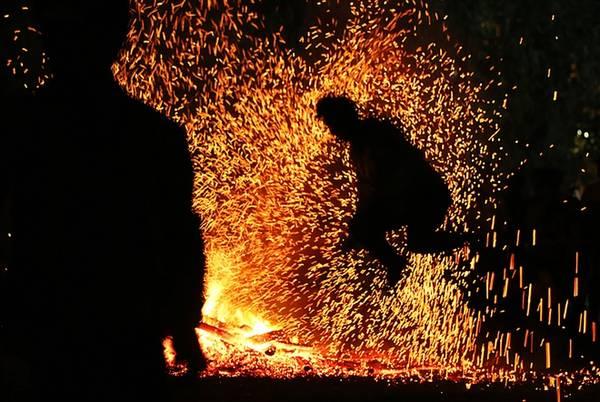 Nam thanh niên bắt đầu rung lên, cơ thể như đang dần được truyền thêm sức mạnh. Họ lao vào đống than hồng nhảy múa không biết nóng.