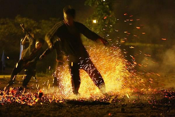 Theo nhịp, tiếng gõ và những bước nhảy hào hứng dần lên, động tác lắc lư. Họ bật lên, cúi người, nhảy lò cò và tiến ra gần đống lửa.