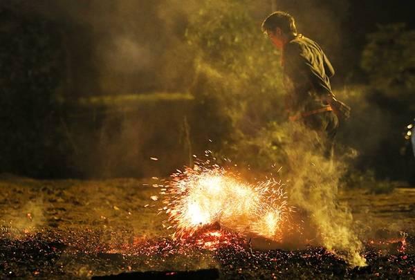 Những người hội đủ điều kiện, được chọn lựa để tham gia lễ Nhảy lửa có độ tuổi trung bình từ 15 đến 50 tuổi.