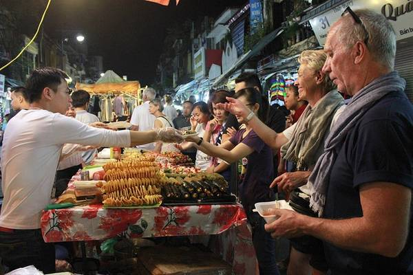Chợ đêm phố cổ Hà Nội Chợ đêm phố cổ mở vào 3 ngày cuối tuần, từ 18h đến 23h, là điểm đến quen thuộc với nhiều du khách đến Hà Nội. Các mặt hàng ở chợ đa dạng, đẹp mắt. Đầu phố Hàng Đào là một dãy hàng ăn vặt với các loại hoa quả như dứa, mận, xoài, cóc... dầm chua ngọt, màu sắc hấp dẫn. Đi sâu vào trong phố Hàng Đào, Hàng Ngang đến Hàng Giấy là các gian bán sản phẩm lưu niệm, quần áo, giầy dép với đủ kích cỡ, màu sắc. Trong đó, các quầy đồ thủ công mỹ nghệ luôn nhận được sự quan tâm của du khách nước ngoài. Thời điểm đông vui nhất vào khoảng 20h-22h. Điều thuận tiện cho du khách là phiên chợ chỉ dành cho người đi bộ, không có các phương tiện như ô tô, xe máy cản trở. Ảnh: Võ Tuyết.