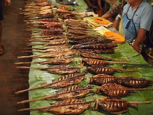 Chợ đêm Tây Đô (Cần Thơ) Chợ đêm Tây Đô mang đậm phong cách đặc trưng của miền Tây Nam Bộ, được du khách yêu thích nhất là các loại trái cây tươi ngon như mít, sầu riêng, xoài, dừa và nhiều loại bánh dân dã như bánh tét, bánh ống lá dứa… Các quầy ẩm thực bán hủ tíu, bánh canh, cá nướng luôn tay phục vụ du khách. Ảnh: dulichdongque.