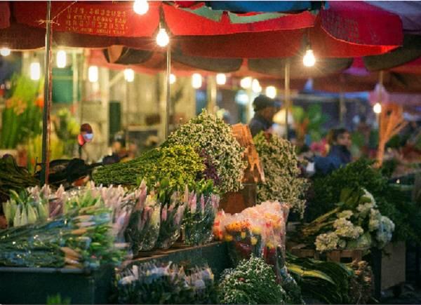 Chợ hoa đêm Quảng Bá Chợ hoa đêm lớn nhất Hà Nội thông thường họp vào khoảng nửa đêm đến 3h - 4h sáng, những ngày cận Tết sẽ họp từ sáng đến tối. Do đó, du khách có thể ghé qua bất cứ lúc nào. Những xe hoa lớn nhỏ đủ loại, màu sắc tấp nập đổ về chợ. Những ngày cuối năm hoa đào, cúc, ly được bày bán nhiều hơn. Đi chợ hoa nhiều khi trở thành thú vui của nhiều du khách. Có người thức trắng đêm để lang thang trong chợ không hẳn để mua hoa mà đơn giản chỉ là cảm nhận một phần trong cuộc sống Hà Nội về đêm. Ảnh: Nguyễn Hòa Khánh.