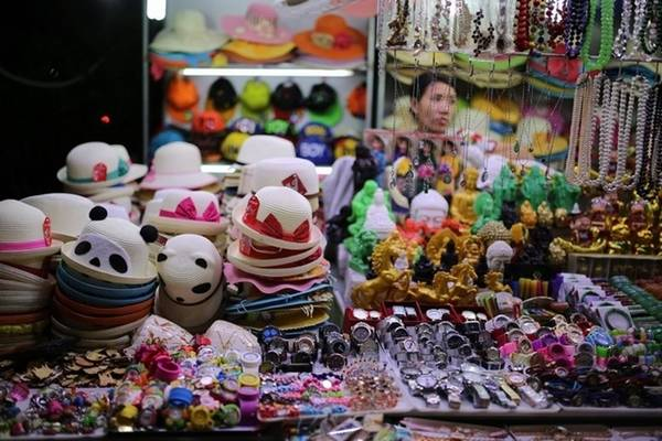 Chợ đêm Nha Trang Nằm ở khu phố đi bộ cạnh trung tâm văn hóa 46 Trần Phú, chợ đêm Nha Trang có hơn 100 gian hàng bày bán sản phẩm lưu niệm, đồ thủ công mỹ nghệ, áo quần, giày dép, các sản vật biển như ốc, sò, san hô… Ở đây nhiều nhất là các quầy hàng đồ thủ công mỹ nghệ có xuất xứ từ các làng quê ở Nam Trung Bộ. Các gian hàng ẩm thực nhiều món ăn đặc sản Nha Trang, Phan Rang, Đà Lạt, nhiều nhất là hải sản, cũng thu hút du khách. Ảnh: Đức Ngọc.