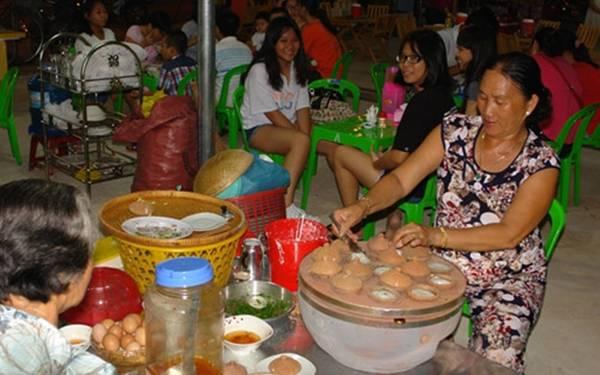 Chợ đêm Phan Thiết Mới hoạt động từ tháng 6/2016, chợ đêm Phan Thiết nằm ở trung tâm khu đô thị mới, gần biển Đồi Dương, cùng các khu nhà hàng, khách sạn, nhà nghỉ, điểm vui chơi giải trí, khá thuận lợi cho du khách tham quan, mua sắm. Khu chợ chủ yếu kinh doanh các mặt hàng lưu niệm, thủ công mỹ nghệ, thời trang, ẩm thực, nhất là các đặc sản Bình Thuận phục vụ nhu cầu du khách và người dân địa phương. Ảnh: VOV.