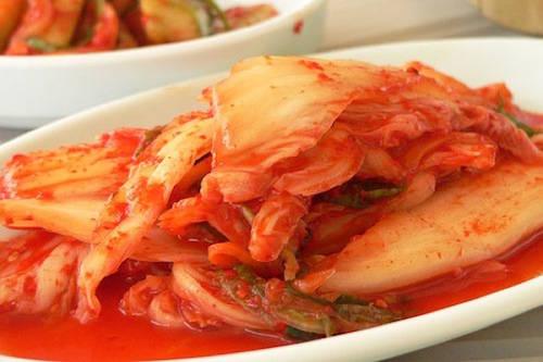 Kim chi là biểu tượng văn hoá nổi bật của người Hàn Quốc, tượng trưng cho sự mạnh mẽ, khác biệt và kiên cường. Người Hàn Quốc ăn kim chi mỗi bữa và sử dụng làm món ăn kèm quen thuộc. Một số người nước ngoài không quen với vị chua cay của kim chi, nhưng nếu có thể ăn, bạn sẽ nhận được sự tôn trọng và chân thành từ người dân địa phương. Ảnh: Nagyman.