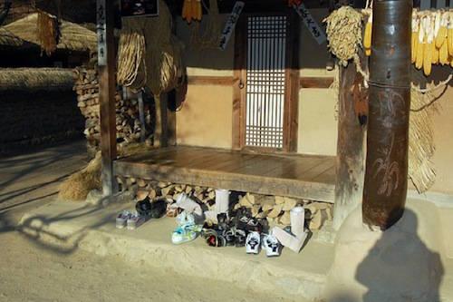 Bỏ giày trước khi vào nhà là điều phải nhớ khi ghé thăm các gia đình Hàn Quốc. Người Hàn có mối quan hệ đặc biệt với sàn nhà, nơi họ ngồi và nằm nghỉ. Vì thế để sàn nhà bẩn là điều không thể tha thứ đối với người Hàn Quốc. Ảnh: ilya.